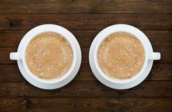 Twee koppen van koffie op de houten lijst Royalty-vrije Stock Foto's