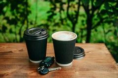 Twee koppen van koffie op de houten lijst Stock Afbeeldingen