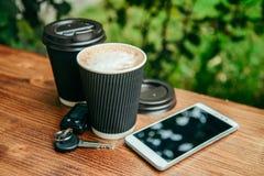 Twee koppen van koffie op de houten lijst Royalty-vrije Stock Fotografie