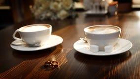 Twee koppen van koffie op de lijst, Stock Foto's