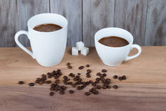 Twee koppen van koffie op de lijst Stock Afbeeldingen
