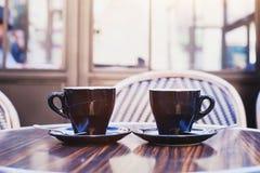 Twee koppen van koffie op de lijst in koffie Royalty-vrije Stock Foto