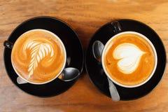 Twee koppen van koffie op een houten lijst, hoogste mening Royalty-vrije Stock Fotografie