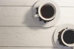 Twee koppen van koffie op een witte houten lijst Stock Afbeeldingen