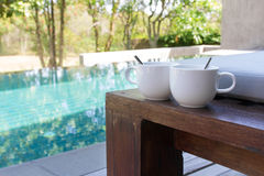 Twee koppen van koffie op het bed Stock Foto's