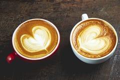 Twee koppen van koffie op houten Royalty-vrije Stock Afbeeldingen