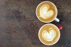 Twee koppen van koffie op houten Stock Afbeeldingen