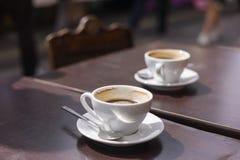 Twee koppen van koffie op lijst buiten Royalty-vrije Stock Afbeelding