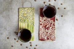 Twee koppen van koffie op porselein kleurden tribunes royalty-vrije stock foto's