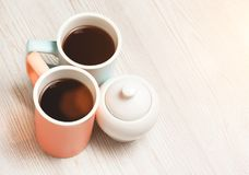 Twee koppen van koffie op witte houten lijst Stock Foto's
