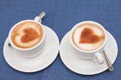 Twee koppen van koffiecappuccino Stock Afbeeldingen