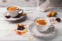 Twee koppen van traditionele Indische masalathee Kruidige thee met aromatische kruiden en melk royalty-vrije stock foto's