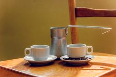 Twee koppen van zwarte koffie en cezve Royalty-vrije Stock Foto