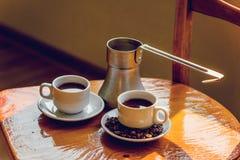 Twee koppen van zwarte koffie en cezve Royalty-vrije Stock Foto's