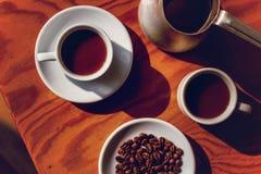 Twee koppen van zwarte koffie en cezve Stock Foto's