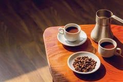Twee koppen van zwarte koffie en cezve Stock Afbeeldingen