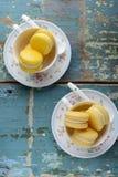 Twee koppen Vanillemakarons Stock Afbeeldingen