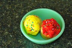 Twee koppencakes in een kom Royalty-vrije Stock Foto