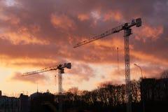 Twee kraantorens (zonsondergang) stock afbeeldingen