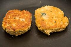 Twee Krabcakes die in Saute-Pan koken Stock Fotografie