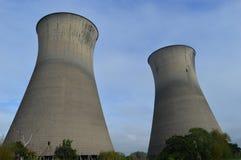 Twee Krachtcentrale Koeltorens Stock Afbeeldingen