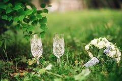 Twee kristalglazen en een boeket van bloemen Royalty-vrije Stock Afbeeldingen