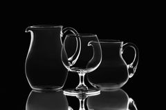 Twee kruiken en één wijnglas Stock Afbeeldingen