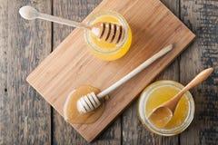 Twee kruiken met honing royalty-vrije stock afbeeldingen