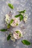 Twee kruiken met yoghurt royalty-vrije stock foto
