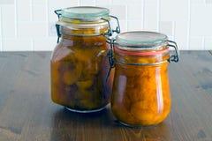 Twee kruiken organische eigengemaakte abrikozenjam op houten lijst Stock Fotografie