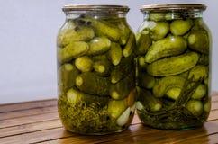 Twee kruiken van gemarineerde, heerlijke, eigengemaakte komkommers royalty-vrije stock fotografie