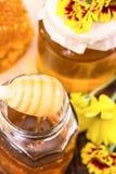 Twee kruiken van honing en gele bloemen Royalty-vrije Stock Afbeeldingen