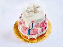 Twee-laag cake voor de verfraaide schoenen van een kind verjaardag Royalty-vrije Stock Foto