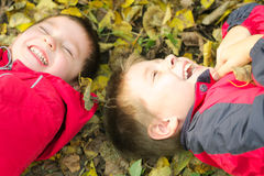 Twee lachende jongens Stock Afbeeldingen