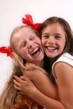 Twee lachende meisjes Royalty-vrije Stock Foto's