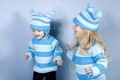 Twee lachende meisjes in sneeuw Stock Afbeeldingen