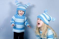 Twee lachende meisjes in sneeuw Stock Foto