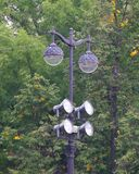 Twee-lamp lampstad met extra schijnwerpers stock afbeelding