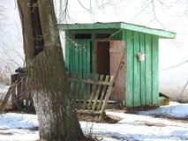 Twee landelijke Binnenland houten Toiletten in de winterpark stock foto