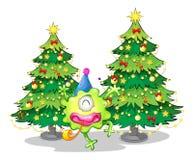 Twee lange Kerstmisbomen bij de rug van een gelukkig groen monster Royalty-vrije Stock Foto's