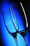 Twee lange wijnglazen op lichte achtergrond Royalty-vrije Stock Foto's