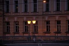 Twee lantaarns die in dark branden royalty-vrije stock foto
