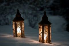 Twee lantaarns op sneeuw Stock Foto's