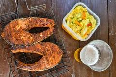 Twee lapjes vlees van zalm op de grill Glas met bier Picknick in aard Hoogste mening royalty-vrije stock foto