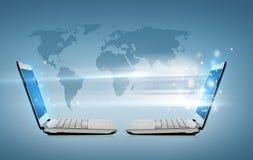 Twee laptop computers met het hologram van de wereldkaart stock illustratie