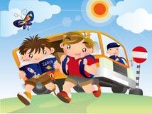 Twee leerlingen krijgen van de bus en de gang samen aan school Royalty-vrije Stock Foto