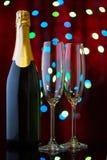 Twee lege glazen voor champagne en fles in het Nieuwjaar ` s bok Stock Afbeeldingen