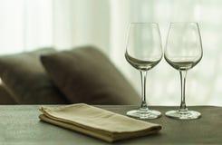Twee lege glazen in woonkamer Royalty-vrije Stock Foto's