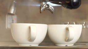 Twee lege Kop giet heet stomen alvorens de koffie te koken Het huis van de koffie stock footage