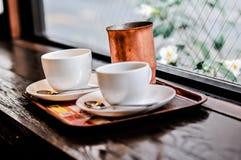 Twee lege koppen van hete chocolade of koffie Royalty-vrije Stock Foto's